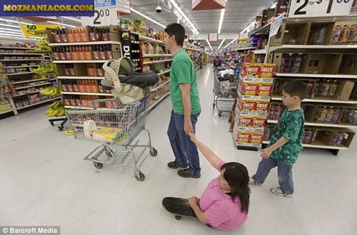 Rosemary Siggins de patins e Família fazendo compras