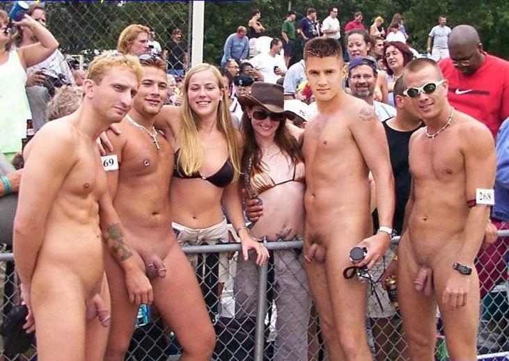 голые мужчины при женщинах фото
