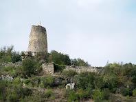 La torre mestre, part de les muralles i un baluard del castell de Calders