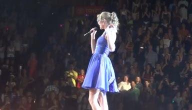 taylor swift levantó el vestido azul se le vio bragas