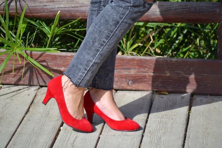 look_outfit_tacones_rojos_zapatos_toque_camisa_transparente_lolalolailo_04