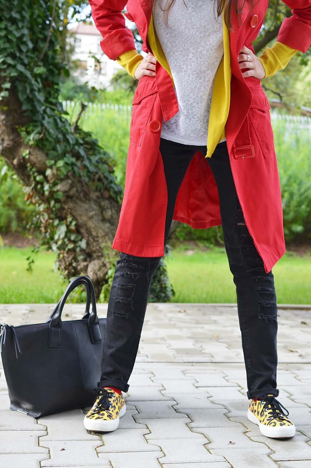 #Superga_Katharine-fashion is beautiful_Červený trenčkot_Roztrhané džínsy_Červené ponožky_Katarína Jakubčová_Fashion blogger