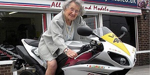 Gambar nenek yang satu ini memang janda kaya looh