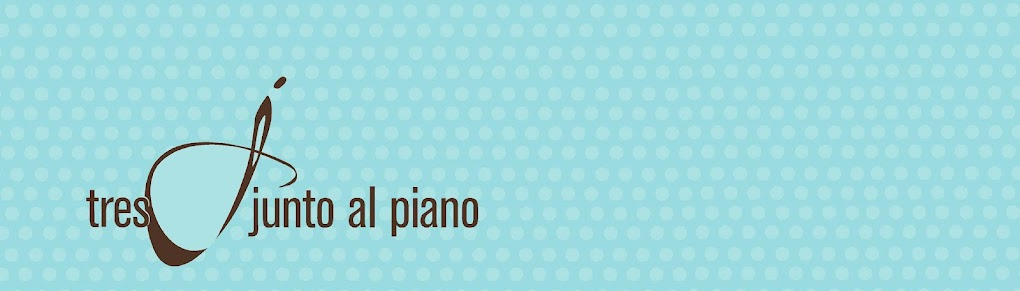 Tres junto al piano