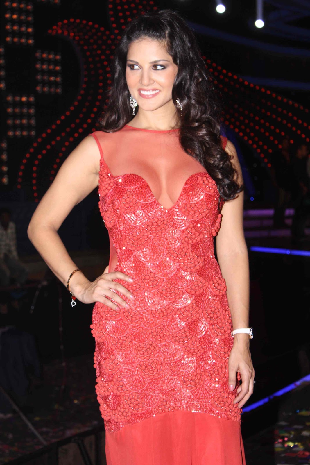 Sunny Leone in Red Gown at Bigg Boss Finale1 - Sunny Leone in Red Gown Big Boss grand finale 2012 pics