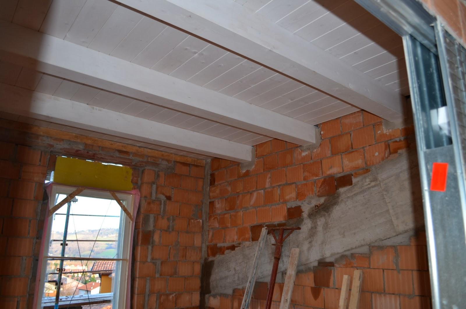 Casa delle ginestre muri divisori e controtelai di porte - Tetto in legno bianco ...
