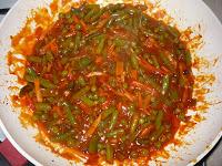 Овощи, тушеные в томате: Добавить воду с мукой