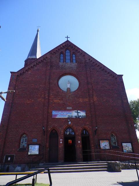 wejście do kościoła w Sarbinowie Morskim
