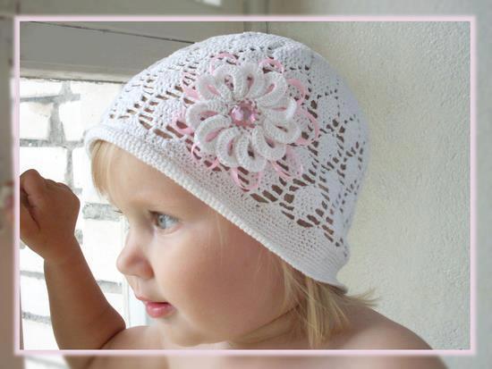 ... la modelo como por el gorro calado tejido al crochet con la flor