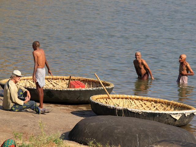 Хампи. Река Тунгабхадра. Круглая лодка
