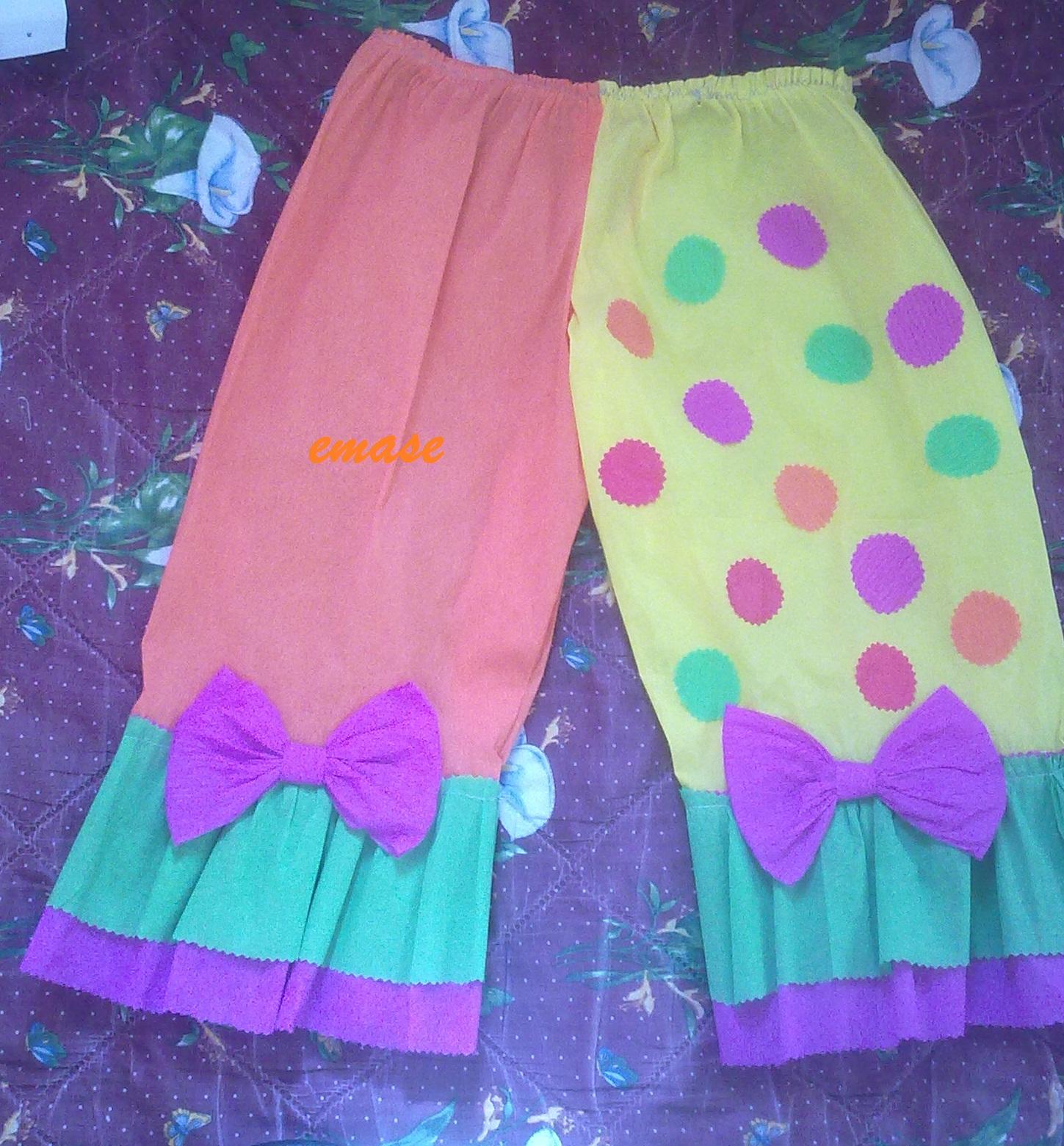 Corte tiras de colores y las cosí en la parte baja, tanto de la blusa
