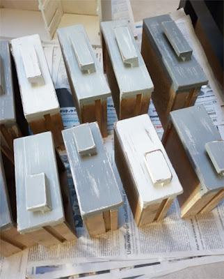 meuble à casier patiné gris