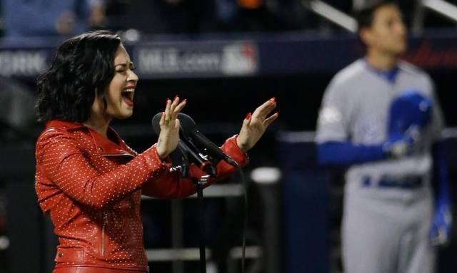 Demi Lovato cantó el himno de los Estados Unidos en la final del campeonato de béisbol.