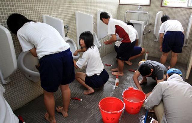 pix grove japanese school kids wash toilets barehanded. Black Bedroom Furniture Sets. Home Design Ideas