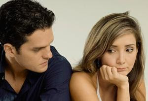 أمور لا يجب أن تقوليها او تتشاركيها مع زوجك - زوجان تعيسان - امرأة حزينة - sad couples