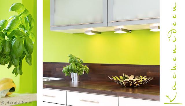 Wandfarbe grün Glasfronten, kleine Küche, Arbeitsplatte Nussbaum HPL,  junge Küche