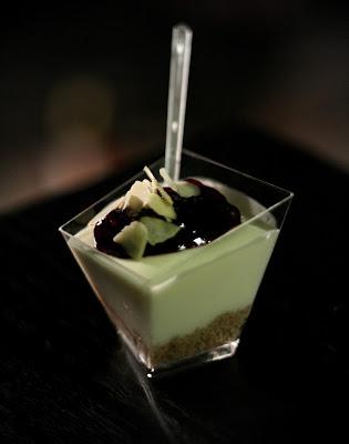 bicchierini di cheesecake allo yogurt greco e mandorle