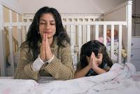 0011_madre-orando-con-hija
