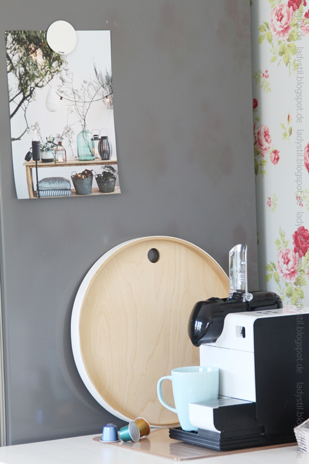 rundes-tablett-von-ikea-mit-blick-auf-die-kaffeemaschine-und-einem-poster-mit-türkiser-Glasvase