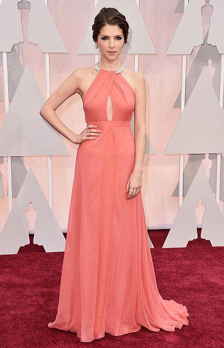 Ана Кендрик в прасковена рокля с драперии на Оскари 2015