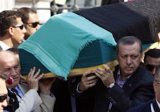 صورة لأردوغان يحمل جثمان والدته على الاكتاف