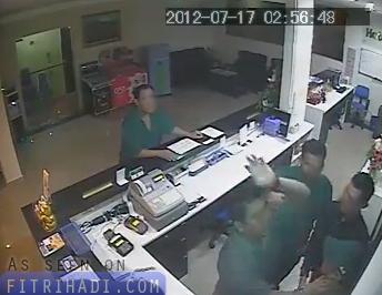 video polis pukul pekerja hotel