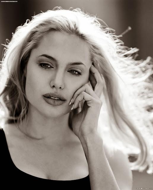 Анджелина Джоли с белыми волосами