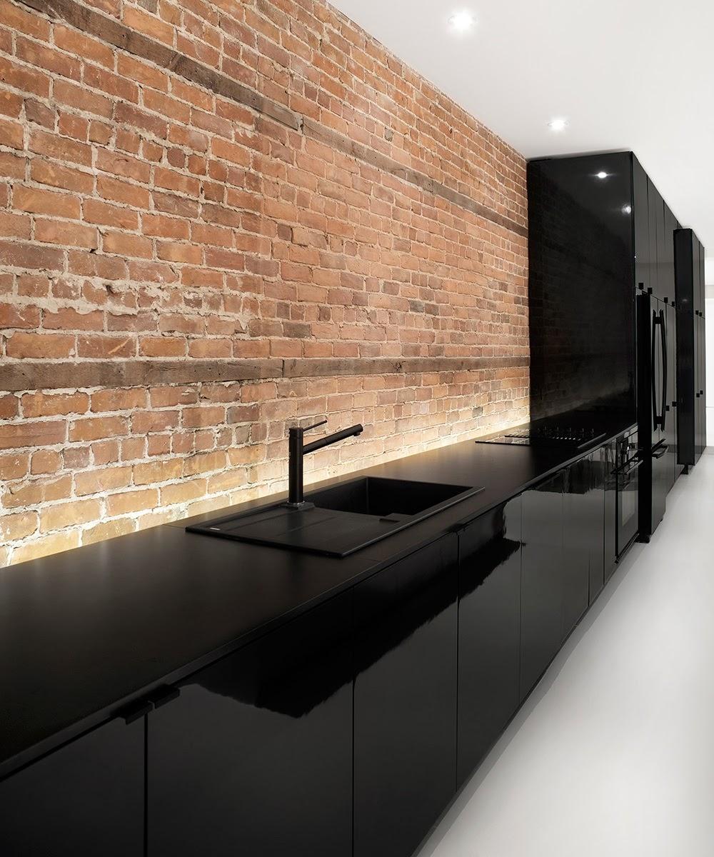 Una cocina negra y blanca como elemento central cocinas - Cocina blanca encimera negra ...
