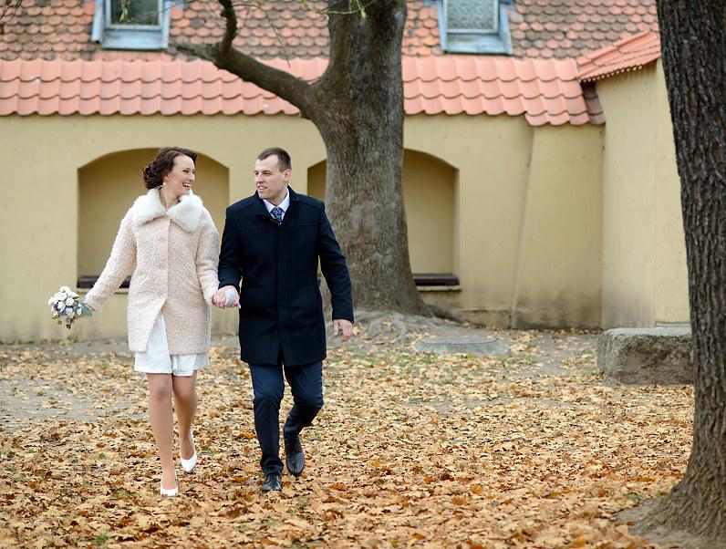 vestuvių fotosesija su lapais rudenį