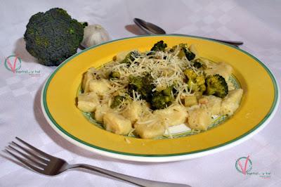 Ñoqui con brócoli a la siciliana.