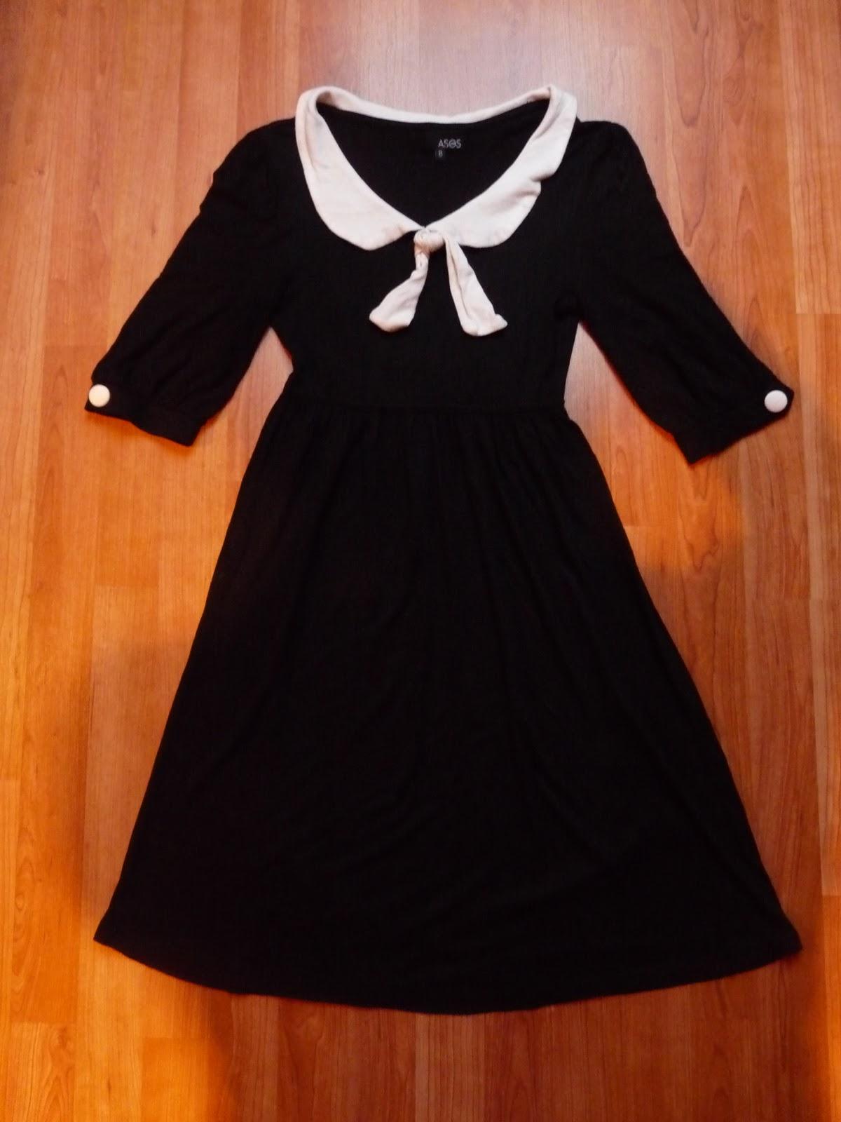 Robe noire et blanche col claudine