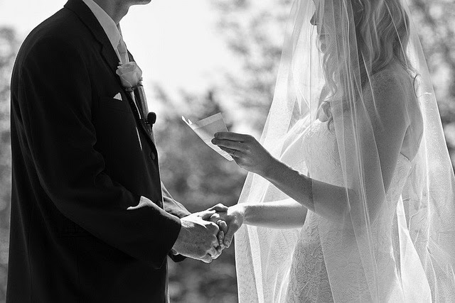 Булка чете сватбения си обет