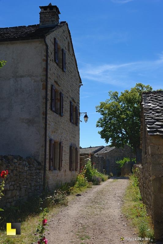 chemin de terre du village de la garde guérin photo pascal blachier