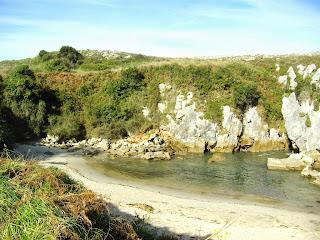 Playa de Gulpiyuri, vista hacia el oeste