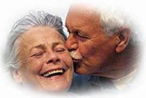 дедушка целует бабушку