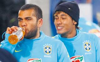 Alves volvió a pedir a Neymar que fiche por el Barça