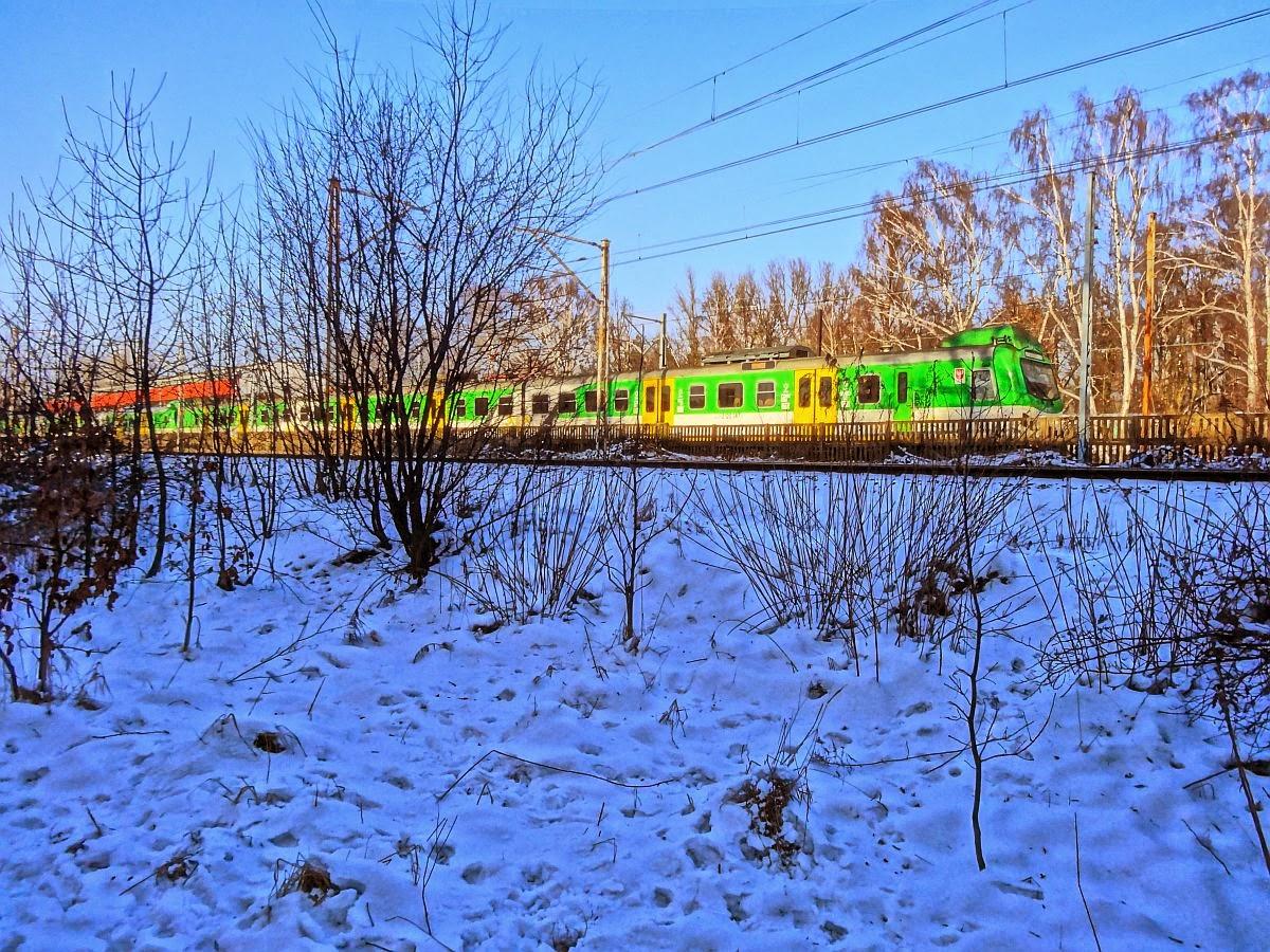 EN57AKM obok linii kolejowej nr 7