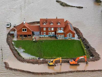 """– """"Então, se lá deu seca foi aquecimento global!""""  – """"Não, lá deu enchente"""".  – """"Ta vendo eu não te falei que era aquecimento global?!!!""""  Enchente na região de Somerset Levels, sudoeste da Inglaterra"""