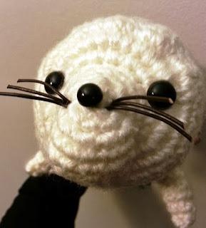 http://translate.google.es/translate?hl=es&sl=auto&tl=es&u=http%3A%2F%2Fkawaiigurumi.tumblr.com%2Fpost%2F45166985763%2Fmy-first-amigurumi-pattern-sweetheart-baby-seals