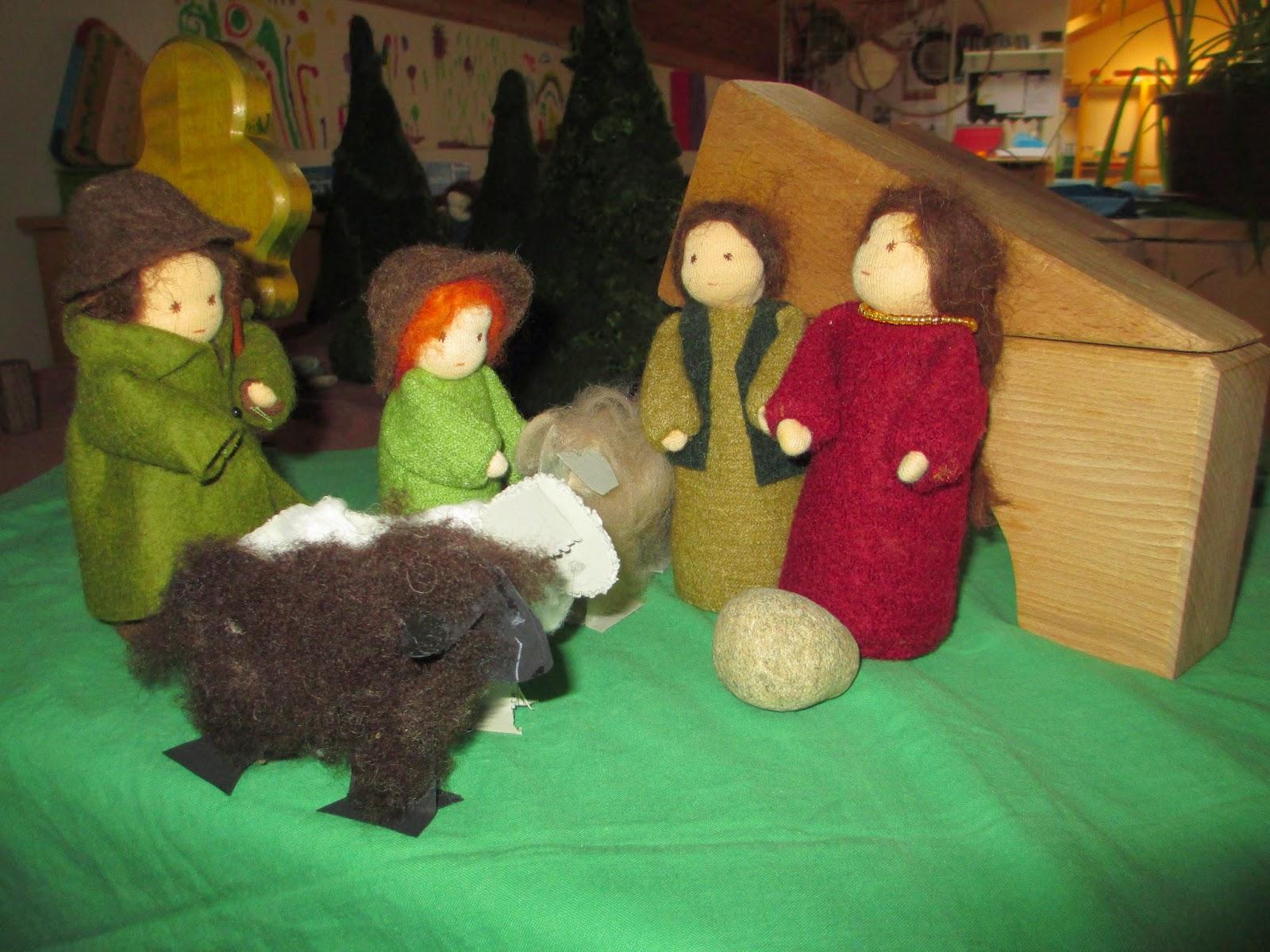 Kinder basteln Schafe im Kindergarten