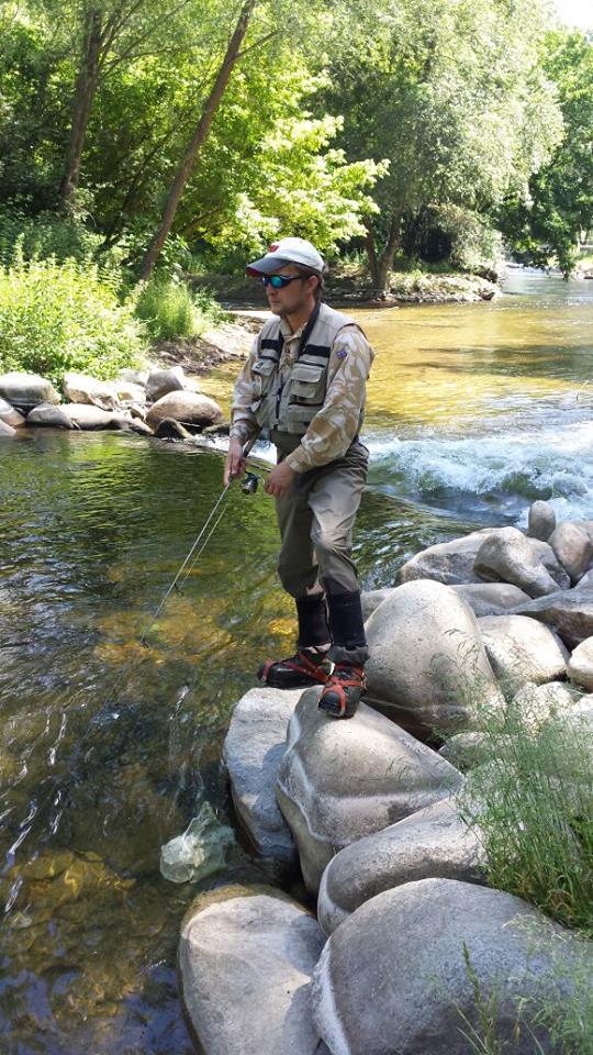 ловля форели на реке с быстрым течением