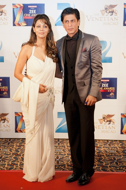 gauri Khan  in white Saree1 - gauri Khan with SRK at Zee Cine Awards Red Carpet 2012