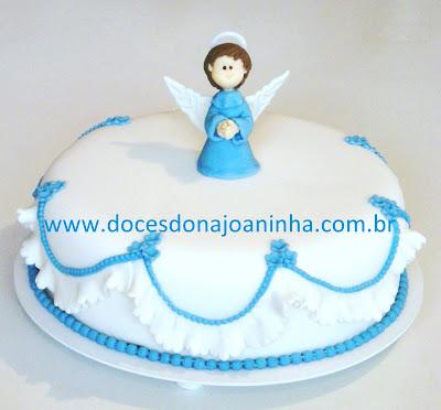 Bolo decorado de batizado com anjo da guarda e pérolas em azul e babadinhos