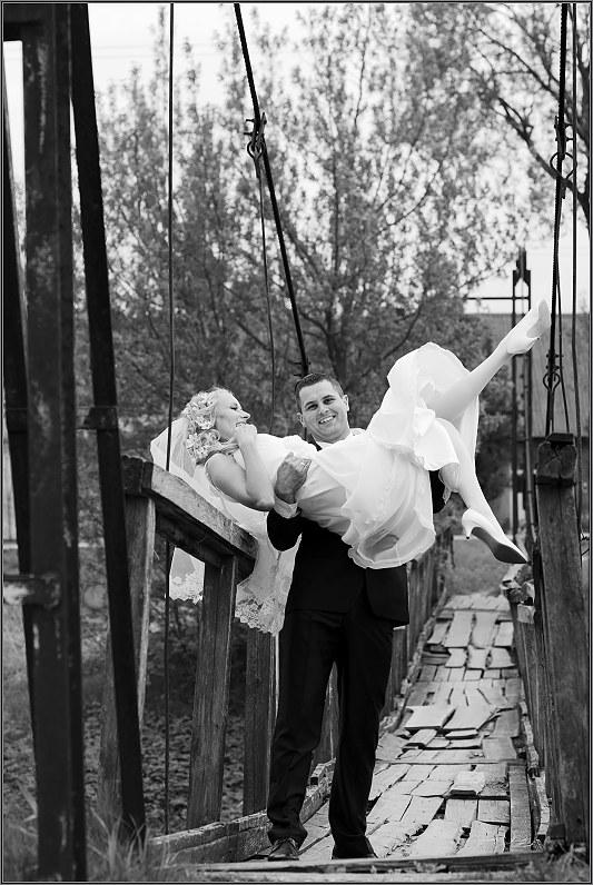 linksmos vestuvės ant Raguvėlės dvaro tilto
