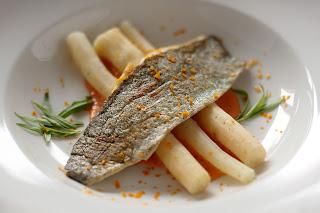 ropogós pisztráng sült hal főtt feketegyökér télispárga hollandaise mártás vaj sauce maltaise mártás vérnarancs tárkony