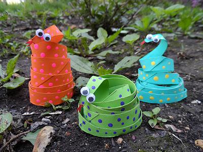 Cobrinhas feitas com rolinhos de papel higiênico