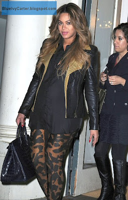 Beyonce pregnant dressed in all black