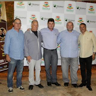 Presidente da ACIAT, Rogério Pereira, secretário de Agricultura, Zezinho Cortázio, prefeito Arlei, vice-prefeito Márcio Catão e secretário de Turismo, Henrique Carregal