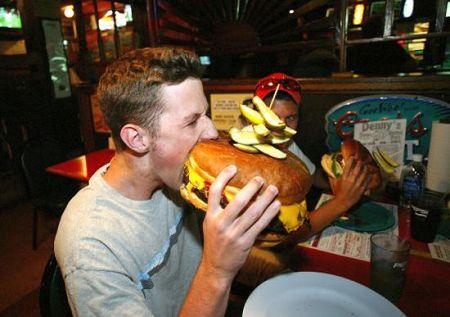 Makan Burger Bisa Juga Mengakibatkan Cidera