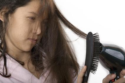 8 Tips mengatasi rambut kering